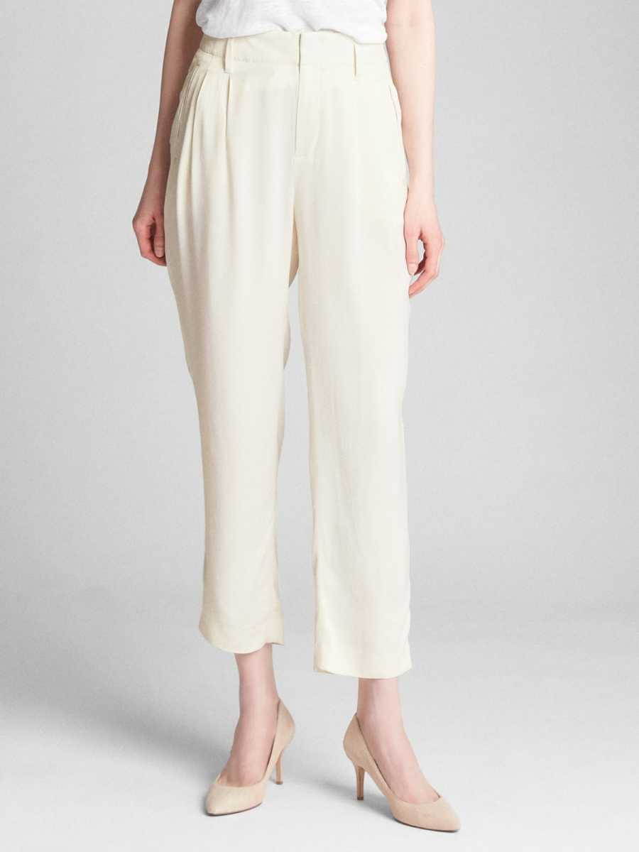Pleated Trousers in Satin Ivory - Gap - GOOFASH