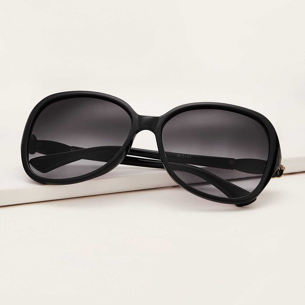 Plain Frame Flat Lens Sunglasses in Black by ROMWE on GOOFASH