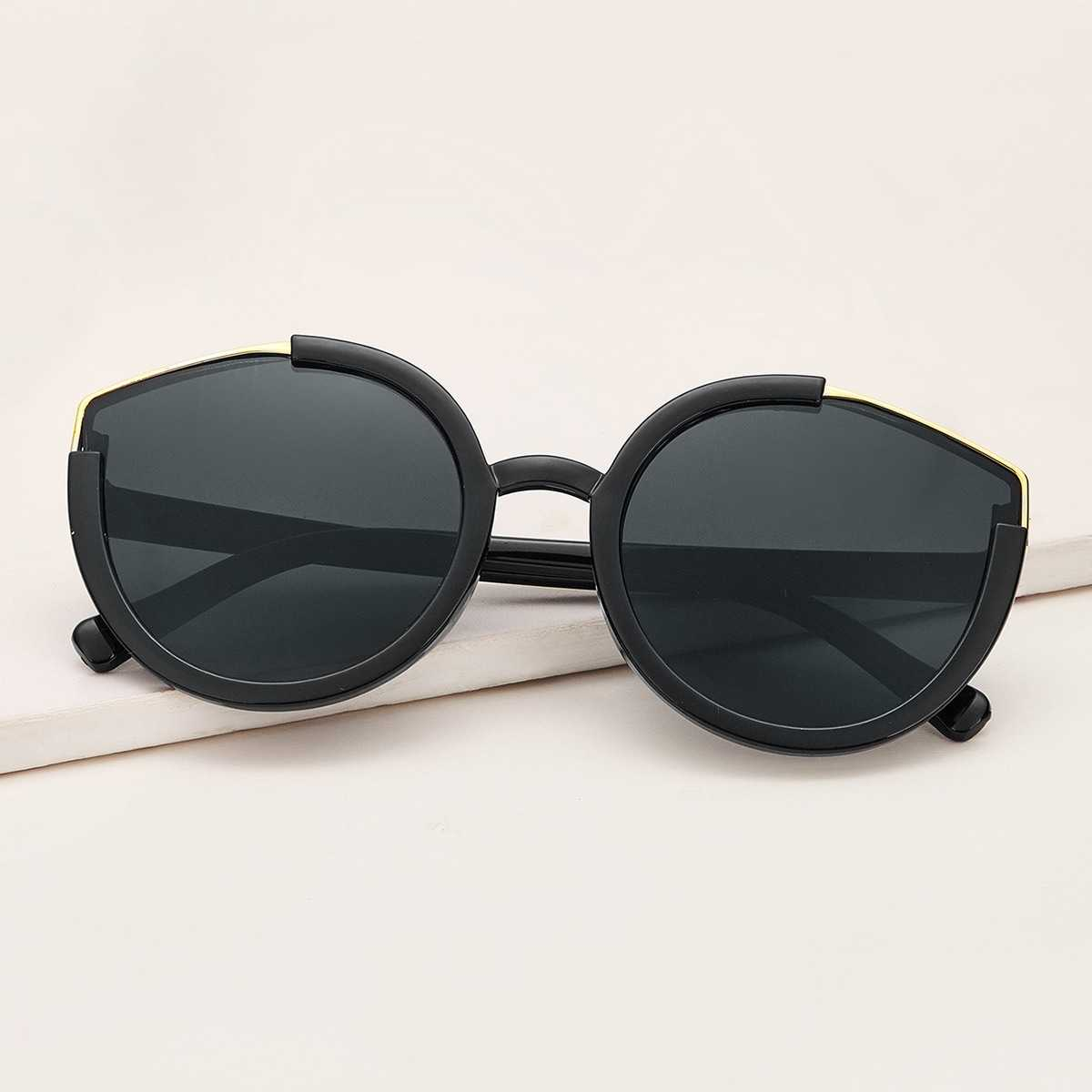 Two Tone Frame Flat Lens Sunglasses in Black by ROMWE on GOOFASH